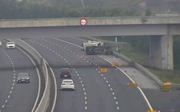 2 ôtô lật nghiêng trên cao tốc Hà Nội-Hải Phòng, 5 người bị thương