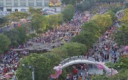 Hàng nghìn người Sài Gòn đổ về khu trung tâm chơi Tết khiến nhiều tuyến phố kẹt cứng, hàng loạt bãi gửi xe quá tải