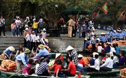 Hàng dài người xếp hàng lên thuyền đi thăm Tràng An