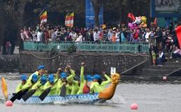 Hàng nghìn người chen chân chật kín mép hồ Tây xem đua thuyền rồng