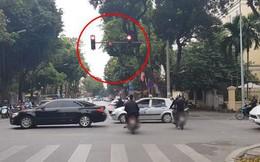 Bức xúc clip nhóm thanh niên đi xe máy phát tờ rơi như xả rác, lạng lách, vượt đèn đỏ giữa trung tâm Hà Nội