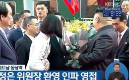 Nữ sinh mặc áo dài trắng tặng hoa cho chủ tịch Kim Jong-un đang gây sốt MXH là ai?