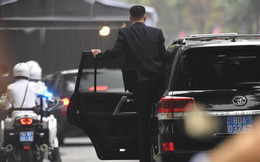 """[ẢNH] Đội siêu cận vệ """"không cảm xúc"""" đứng canh gác tại cửa rạp bí mật của ông Kim Jong Un"""
