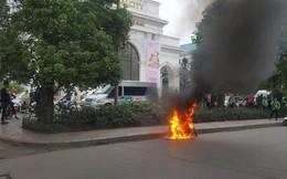 Xe máy đang lưu thông bốc cháy dữ dội trên phố Hà Nội, chủ xe hoảng hốt bỏ chạy