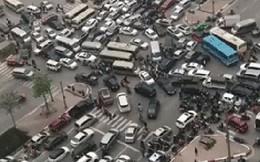 """Clip: Giao thông """"thất thủ"""" tại ngã tư Xuân La - Võ Chí Công với góc máy trên cao"""