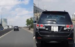 [VIDEO] Ôtô chạy vào làn xe máy trên cầu Sài Gòn bất chấp người đi đường phản ứng