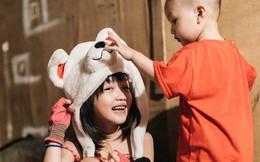 """Bất ngờ nổi tiếng sau 1 đêm, bé gái 6 tuổi phối đồ """"chất"""" ở Hà Nội trở về những ngày lang thang bán hàng rong cùng mẹ"""