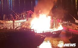 Điều động 5 xe cứu hỏa, 40 chiến sĩ cứu tàu cá bốc cháy dữ dội lúc rạng sáng