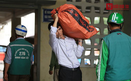 Người dân lỉnh kỉnh đồ đạc trở lại Thủ đô sau kỳ nghỉ lễ
