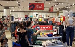 Người dân ùn ùn vào siêu thị mua sắm dịp nghỉ lễ