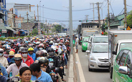 Xe dồn về Vũng Tàu quá đông, vạn người bơ phờ vượt phà, cao tốc