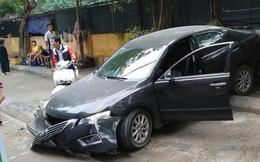 Hà Nội: Tài xế lùi xe Camry tông chết người đi xe máy
