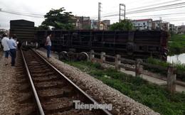 Công nhân đường sắt làm thông trưa khắc phục sự cố lật tàu tại Nam Định