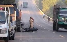 Xe máy đâm vào xe tải đỗ bên đường, 2 nam thanh niên trọng thương