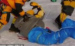 """Hình ảnh """"rợn tóc gáy"""" trong vụ tắc đường trên Everest: Dân bản địa kéo lê xác người đang đông cứng"""