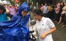 """Thi vào lớp 10 ở Hà Nội: Phụ huynh """"đội mưa"""" đưa con đi thi từ mờ sáng"""