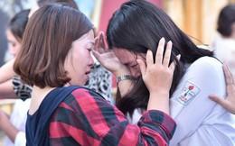 Hàng loạt thí sinh và phụ huynh bật khóc nức nở ngoài cổng trường thi vì không làm được bài