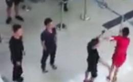 Hành khách đập đầu nhân viên hàng không