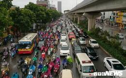 Ảnh: Xe cộ ùn tắc khắp ngả, người dân vất vả mưu sinh dưới trời mưa bão ở Thủ đô
