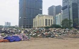 'Núi rác' ùn ứ giữa trung tâm quận Cầu Giấy