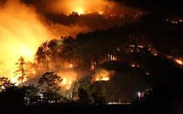 Cận cảnh rừng Hà Tĩnh cháy đỏ trời, dân tất tả di dời tài sản