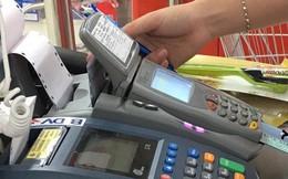 Ngân hàng đến trường mở thẻ tín dụng, sinh viên loay hoay với các loại phí