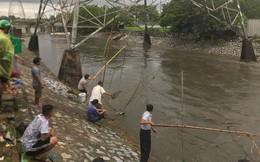 Ảnh: Sau mưa lớn, người Hà Nội rủ nhau ra sông Kim Ngưu đánh bắt cá