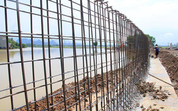 Cận cảnh đê bê tông đang gấp rút hoàn thành để ngăn lụt cho Hà Nội