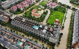 'Làng' biệt thự triệu đô Hà Nội lại chìm trong biển nước, dân chèo thuyền vào nhà