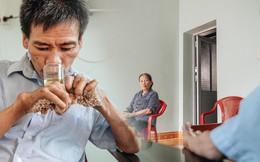 """Số phận cay đắng của """"người cây"""" kì lạ nhất Việt Nam: Mẹ cõng con đi điều trị gần 50 năm, phải uống thuốc ngủ để quên cơn đau"""