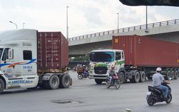 Ớn lạnh 'hung thần' container tung hoành trên đường phố Sài Gòn