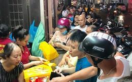 """Bất chấp mưa bão, người dân đổ xô xếp hàng """"săn"""" bánh trung thu Bảo Phương"""