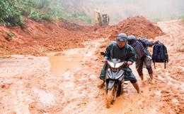 Sạt lở khiến hàng chục nghìn m3 đất đá đổ xuống đường ở Kon Tum