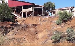 """Cận cảnh sạt lở ven Sông Gianh, nhiều nhà dân nguy cơ bị """"hà bá"""" nuốt chửng"""