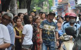 Ảnh, clip: Người dân Hà Nội đội mưa, xếp hàng dài cả tuyến phố để chờ mua bánh Trung thu Bảo Phương