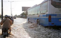 Quốc lộ 1A chìm trong nước, CSGT huy động xe chuyên dụng giải cứu