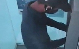 Truy bắt đối tượng bịt mặt lắp thiết bị lấy cắp thông tin trên cây ATM trong 1 phút