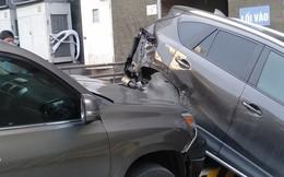 Lexus mất lái đâm hàng loạt ô tô ở Hà Nội