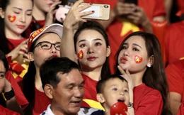 Nữ CĐV Việt Nam xinh đẹp, gương mặt giống người yêu Đoàn Văn Hậu đến sân cổ vũ U22 Việt Nam đấu U22 Indonesia