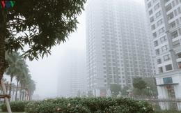 """Ảnh: Nhà cao tầng ở Hà Nội """"mất hút"""" giữa màn sương mù dày đặc"""