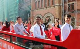 Người Sài Gòn háo hức trải nghiệm xe buýt 2 tầng mui trần lần đầu xuất hiện
