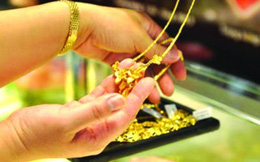 Vàng nữ trang: Từ thả nổi đến siết chặt
