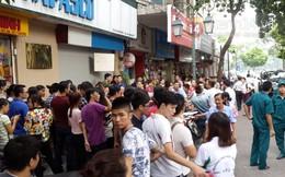 Người Hà Nội chen chúc tắc nghẽn phố Đinh Lễ để mua đồ Gucci thanh lý