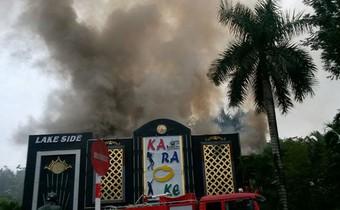 Cháy quán karaoke ở Hà Nội, khói bốc ngút trời