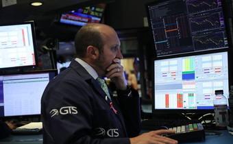 Dow Jones tiếp tục lao dốc, giảm hơn 300 điểm, giá dầu thủng 69 USD