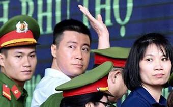 Phút tạm biệt người thân của 'ông trùm' cờ bạc Phan Sào Nam ở sân tòa