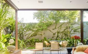 Ngôi nhà 2 tầng có vườn cây xanh tốt bao quanh