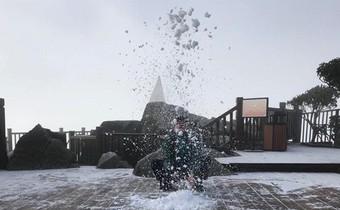 Mờ sáng ngắm tuyết rơi trắng tinh khôi trên đỉnh Fansipan ngỡ trời Tây