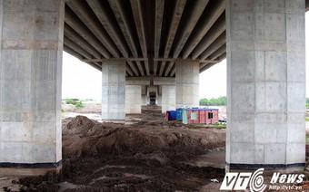 Sau nhà hàng, bãi tập kết cát lại 'mọc' dưới gầm cầu cao tốc Hà Nội - Hải Phòng
