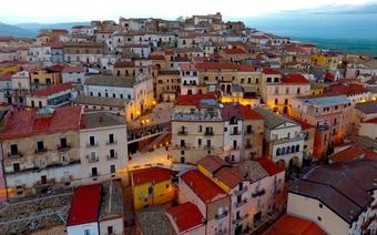 Candela: Thị trấn tặng 53 triệu đồng để mời người đến sống